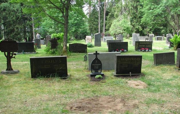 Hautaristi Kaipaus hautausmaalla hautakivet ympärillä