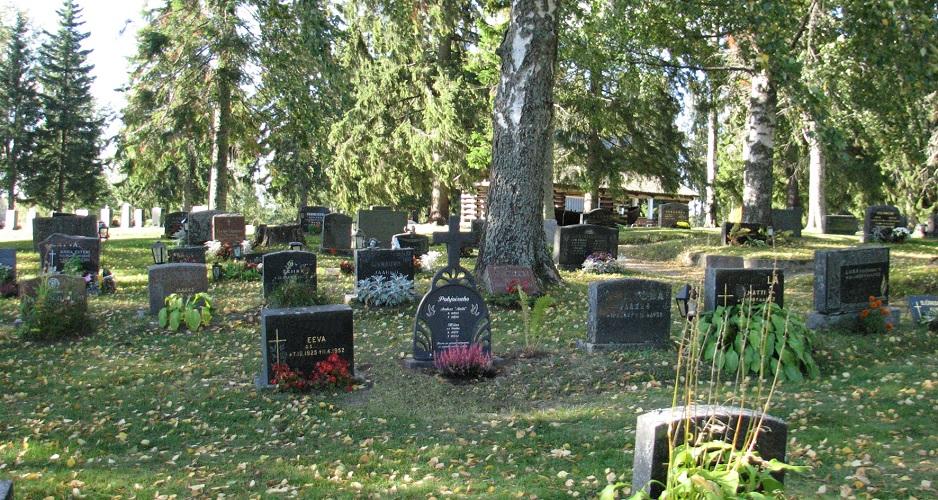 Hautaristi Sarastus ja hautakivet hautausmaalla