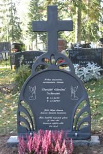 Hautaristi Sarastus. Yhden henkilön tiedot ja muistolause. Koristeina enkelit ja fonttina vanessa.