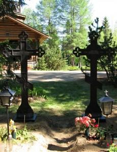 Lintulan luostarin hautamuistomerkit ovat isoja ortodoksiristejä
