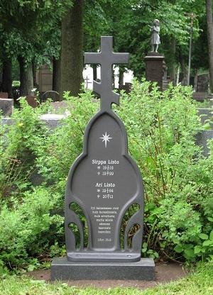Valettu ortodoksiristi soveltuu hautakivien ja puuristien rinnalle. Kuvassa ortodoksiristi haautausmaalla.