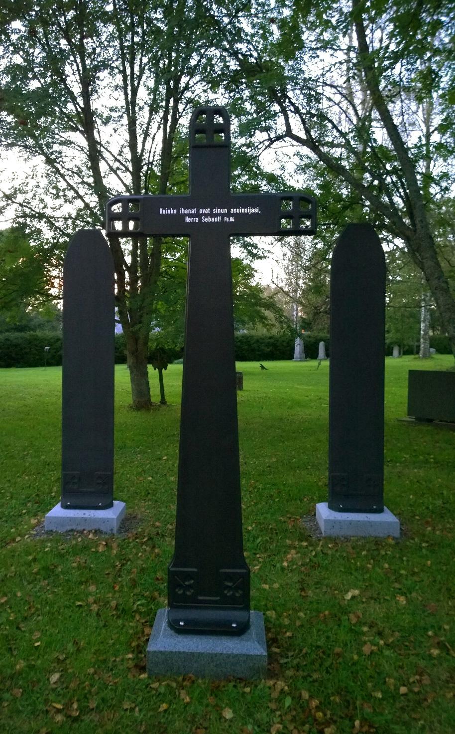 Holminiemen muistolehto, risti ja kaiverruspaalut